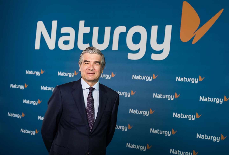 Francisco Reynés con el nuevo logo de Naturgy, ex Gas Natural Fenosa.