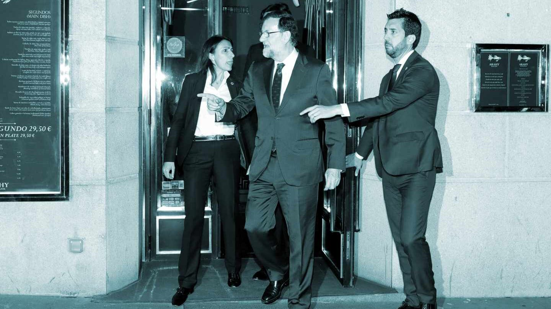 El presidente del Gobierno, Mariano Rajoy, a su salida de un restaurante cercano al Congreso donde se ha reunido durante varias horas con la mayoría de sus ministros, tras conocer que la moción de censura presentada contra él iba a prosperar debido al apoyo del PNV.