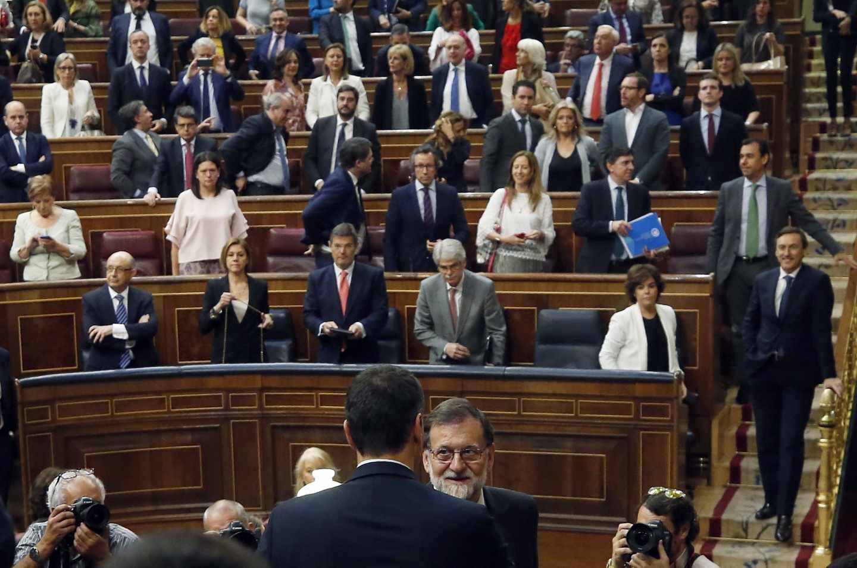 El secretario general del PSOE Pedro Sánchez, saluda al presidente del gobierno Mariano rajoy, en el hemiciclo del Congreso tras el debate de la moción de censura presentada por su partido.