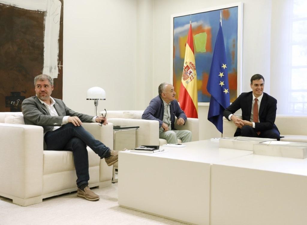 Pedro Sánchez recibe a los representantes sindicales en la Moncloa.