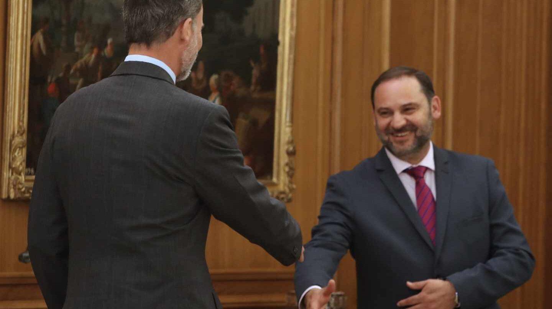 José Luis Ábalos saluda al Rey.