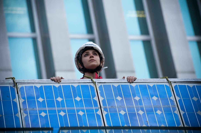 Acción de la organización ecologista Greenpeace contra el 'impuesto al sol'