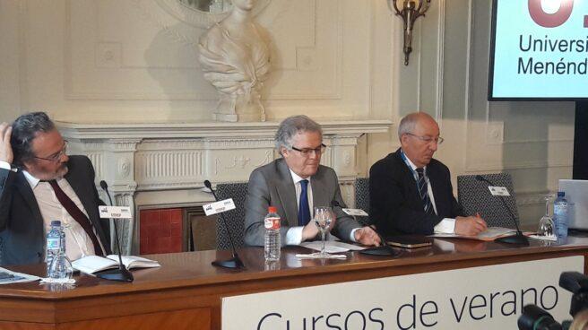 Sebastián Albella, presidente de la CNMV y Amancio Fernández, director de los cursos de la APIE
