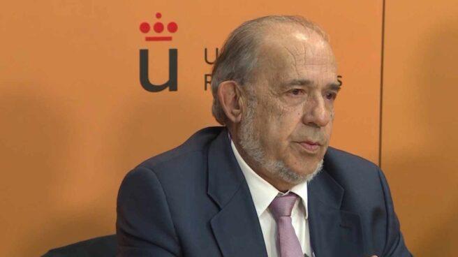 El catedrático Álvarez Conde, en la rueda de prensa ofrecida el día que estalló el escándalo del máster de Cifuentes.