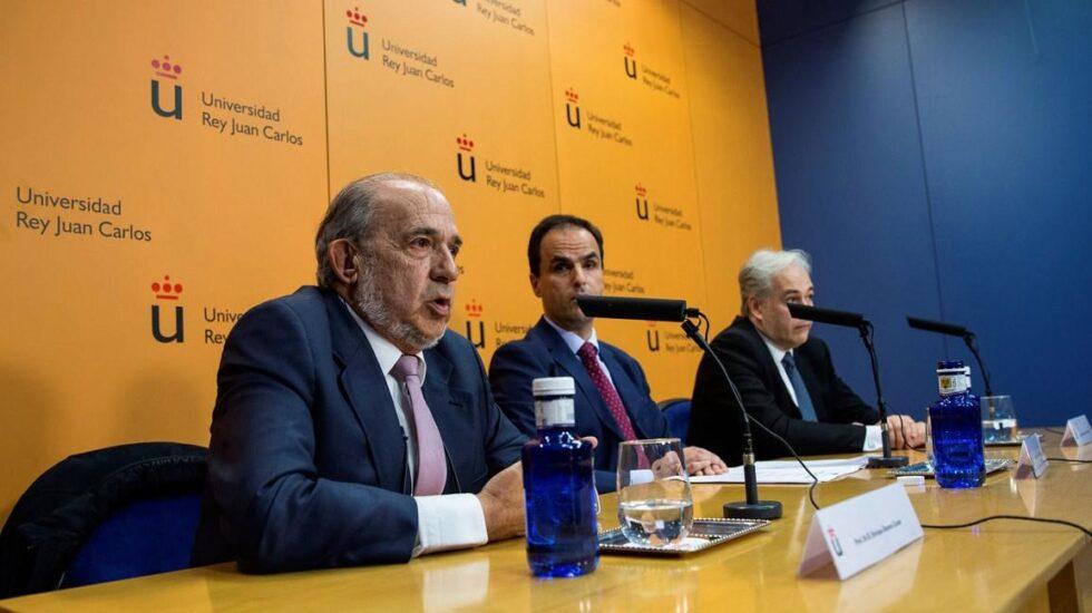 El catedrático Enrique Álvarez Conde (en primer plano) junto al rector de la URJC y el profesor Pablo Chico en la rueda de prensa ofrecida el pasado 21 de marzo.