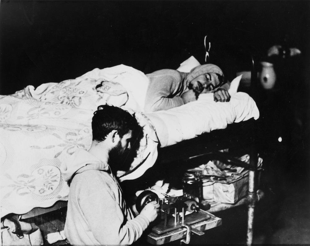 Stapp, en la cama, con su ayudante en las profundidades de una cueva.