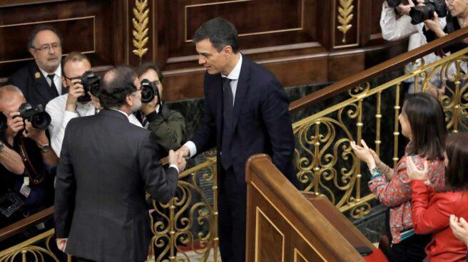 Mariano Rajoy felicita a Pedro Sánchez tras prosperar la moción de censura y convertirse en Presidente del Gobierno.