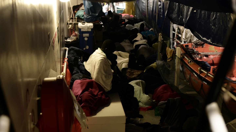 Inmigrantes a bordo del Aquarius, hacinados y durmiendo en el suelo del barco de Médicos sin Fronteras.