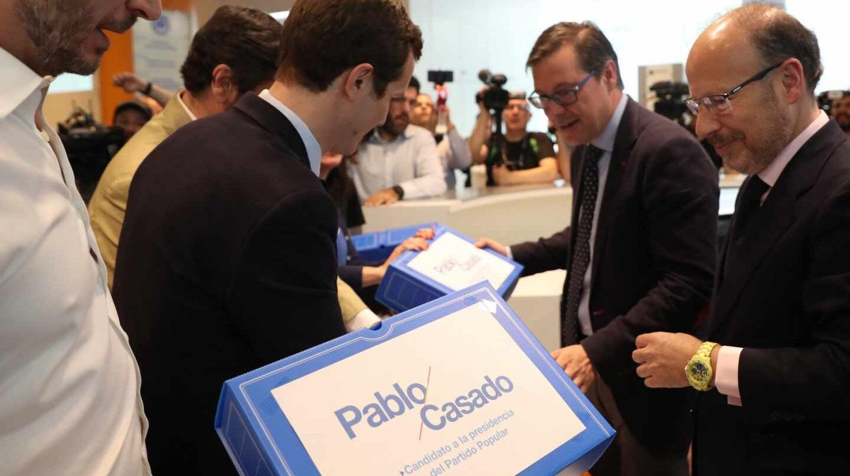 Pablo Casado, este miércoles entregando sus avales para las primarias del Partido Popular.