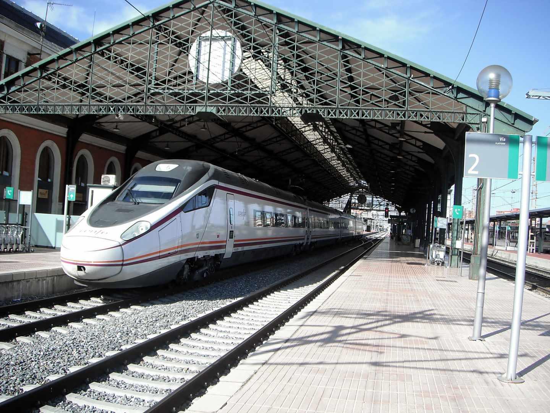 Tren Avant S-114 fabricado por Alstom y CAF, parado en la estación de Valladolid-Campo Grande.