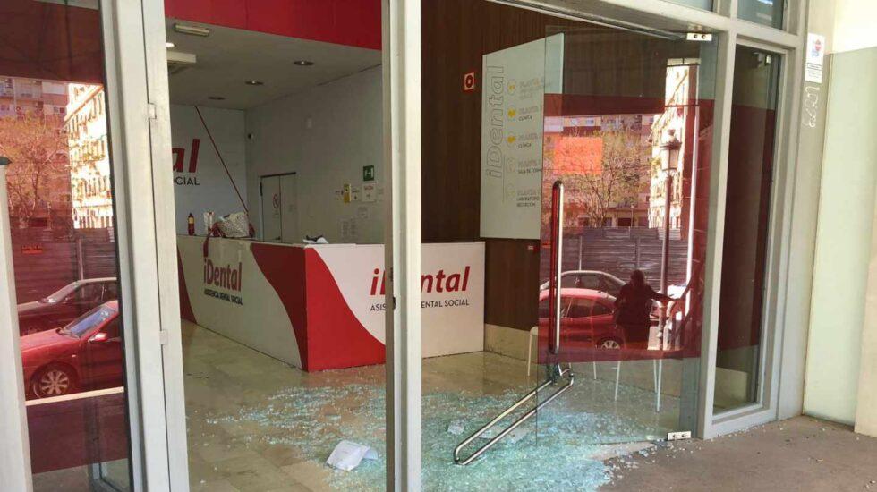 Imagen de la puerta de cristal derribada en la clínica de iDental en Valencia.