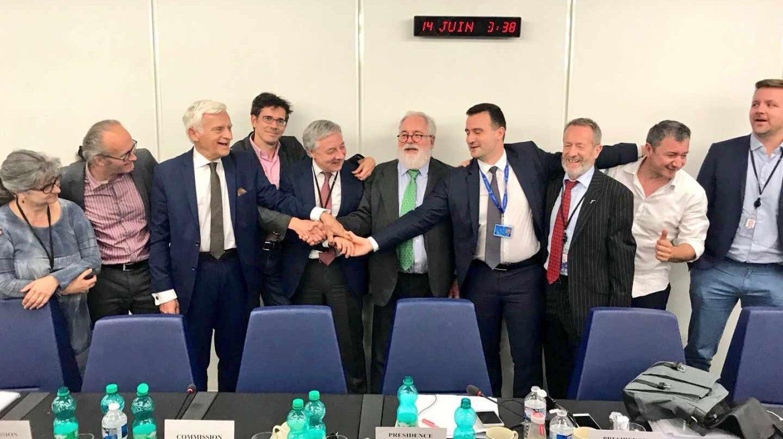 Miembros de la Comisión Europea, el Consejo Europeo y la Eurocámara celebran el acuerdo de objetivo de renovables.