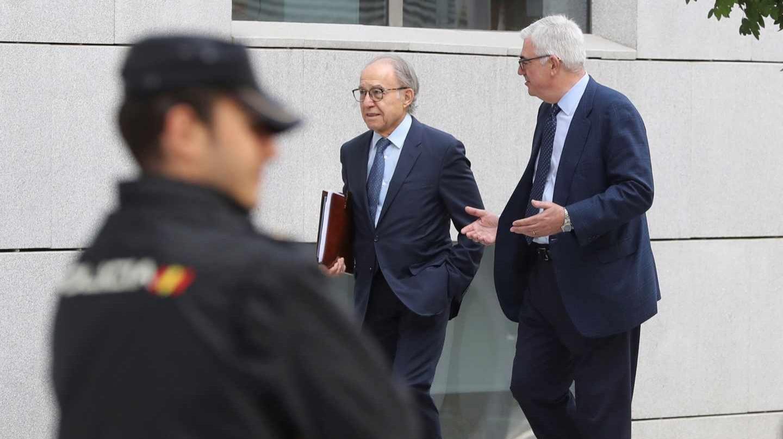 El exconsejero Carlos Mayor Oreja (derecha), a su llegada a los tribunales.