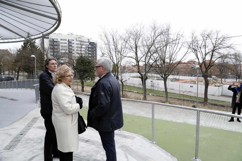 La alcaldesa visita varias promociones de la Empresa de la Vivienda en un distrito madrileño.
