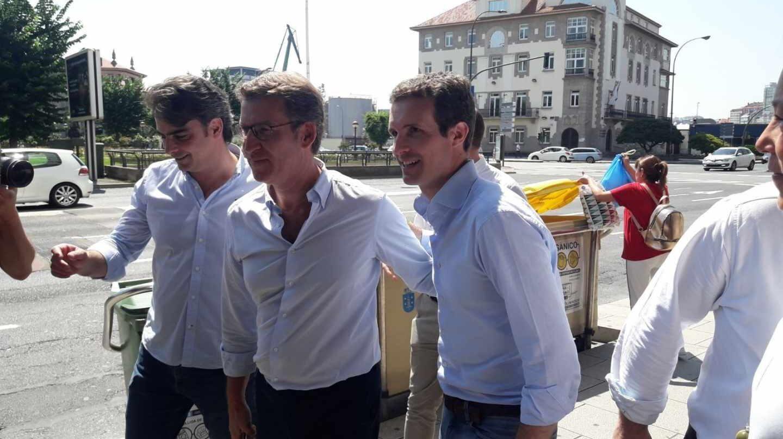 Pablo Casado, acompañado por Núñez Feijóo, durante una visita a Galicia.