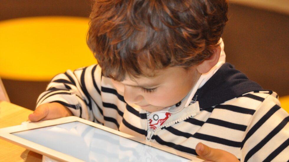 Los niños no son nativos digitales solo porque nacen en una época donde hay teléfonos inteligentes o tabletas.