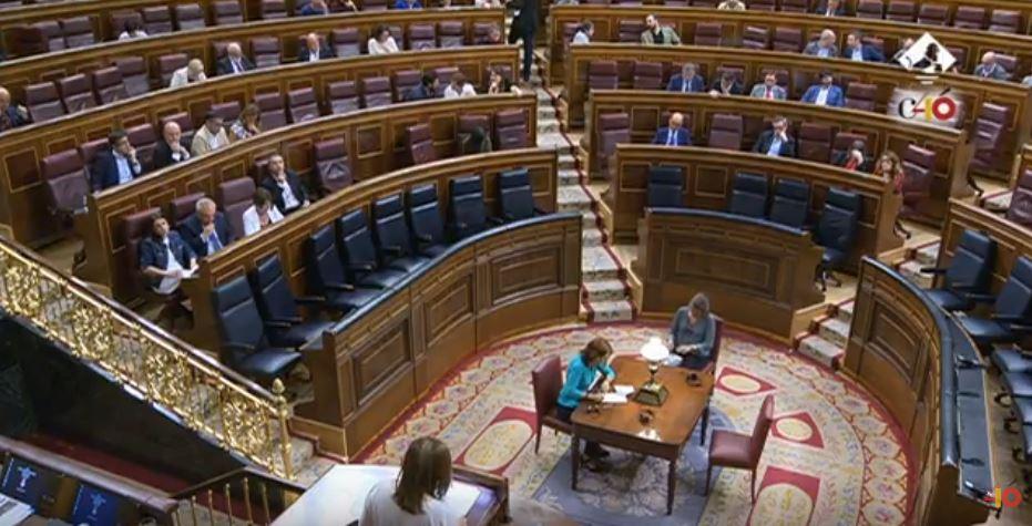 La banca del Ejecutivo, vacía en el primer pleno del nuevo Gobierno.
