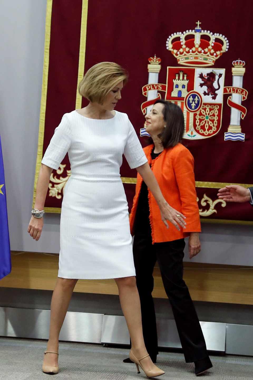 La ministra de Defensa, Margarita Robles, junto a su predecesora en el cargo, María Dolores de Cospedal, durante la ceremonia de traspaso de cartera en el Ministerio de Defensa en Madrid.