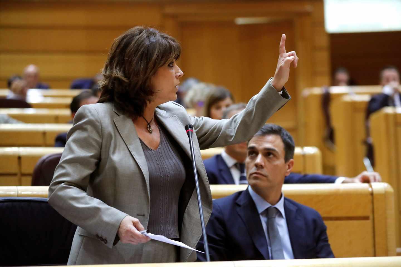 La ministra de Justicia, Dolores Delgado, junto a Pedro Sánchez en el Senado.