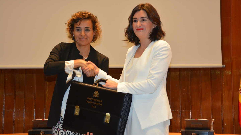 Carmen Montón (derecha) recibe la cartera de Sanidad de la ya ex ministra Dolors Montserrat.