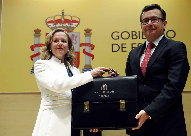 La ministra de Economía Nadia Calviño, recibe la cartera de su antecesor en el cargo Román Escolanol.