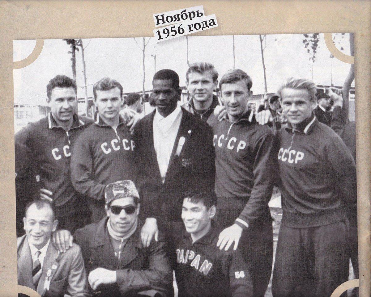 Eduard Streltsov (arriba, en el medio, con tupé), durante los Juegos Olímpicos de 1956.