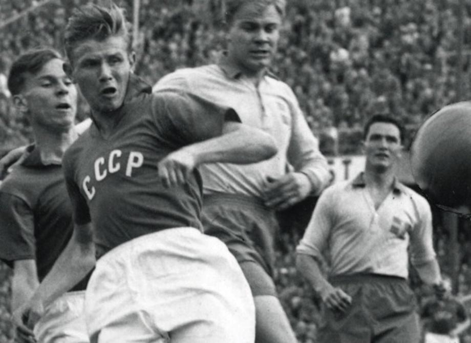 Streltsov, durante un partido con la Unión Soviética antes de su condena por violación.