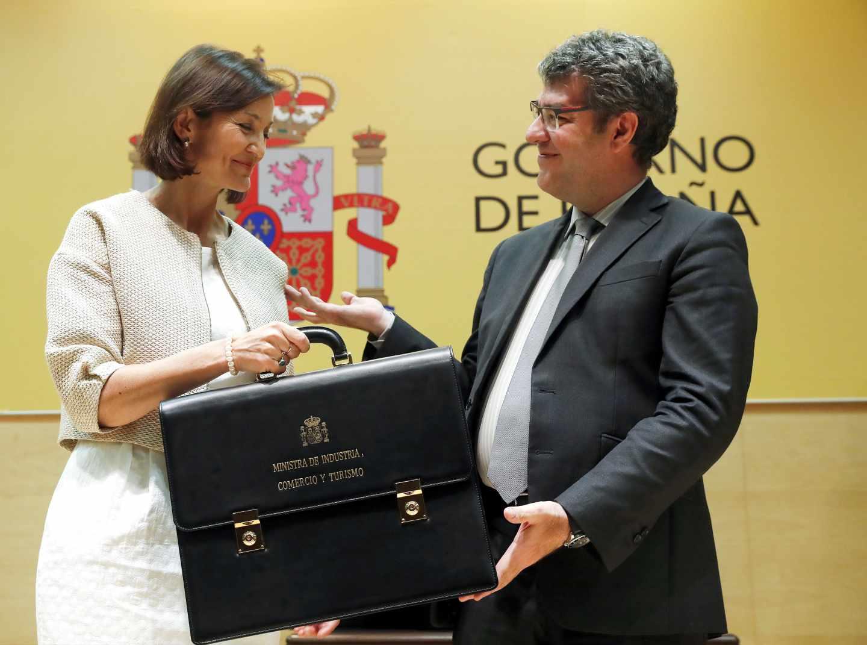 La ministra de Industria Reyes Maroto, recibe la cartera de su antecesor en el cargo Álvaro Nadal.