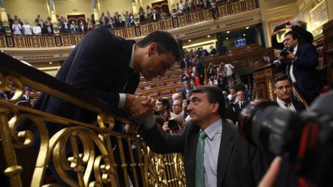 El presidente Pedro Sánchez saluda al portavoz del Grupo Vasco, Aitor Esteban, tras el debate de la moción de censura.