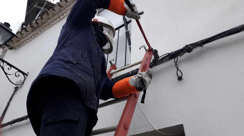 Un operario de Endesa corta un enganche a la red fraudulento.