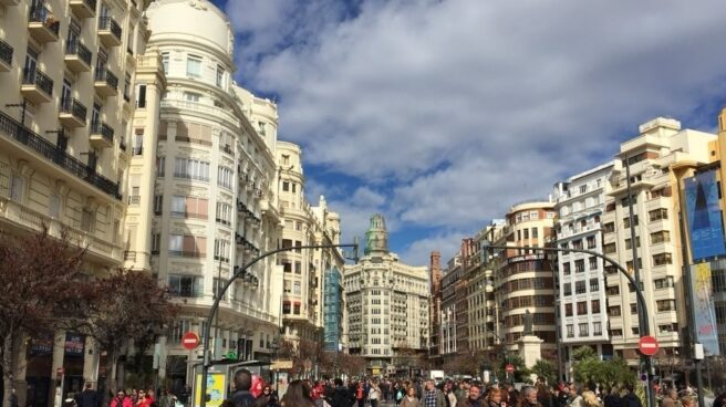 Personas paseando por una calle de Valencia.