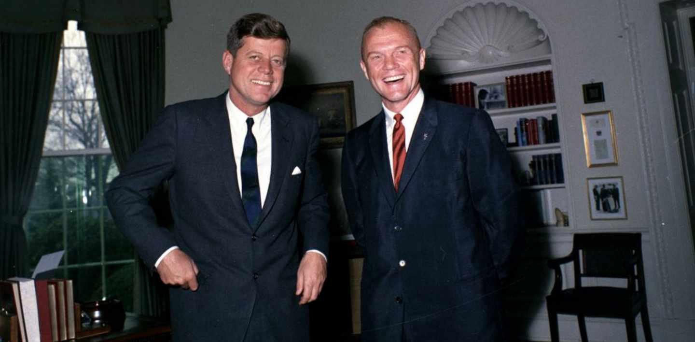 JFK junto a John Glenn en 1962