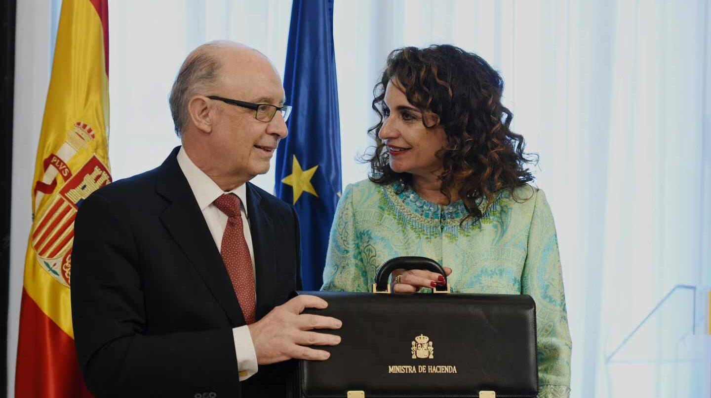 La nueva ministra de Hacienda, María Jesús Montero, felicitada por el ministro saliente, Cristóbal Montoro.
