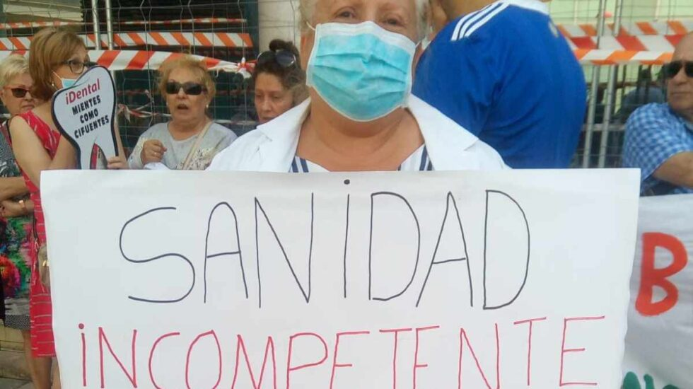 Una afectada de iDental en una manifestación en Zaragoza.
