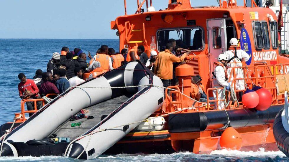 Salvamento Marítimo traslada a inmigrantes rescatados en aguas andaluzas.