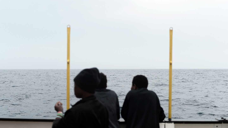 Varios de los inmigrantes rescatados, en la cubierta del Aquarius.
