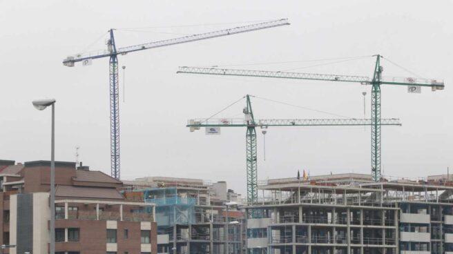 La firma de hipotecas se dispara un 34,2% en abril, según los datos del INE.