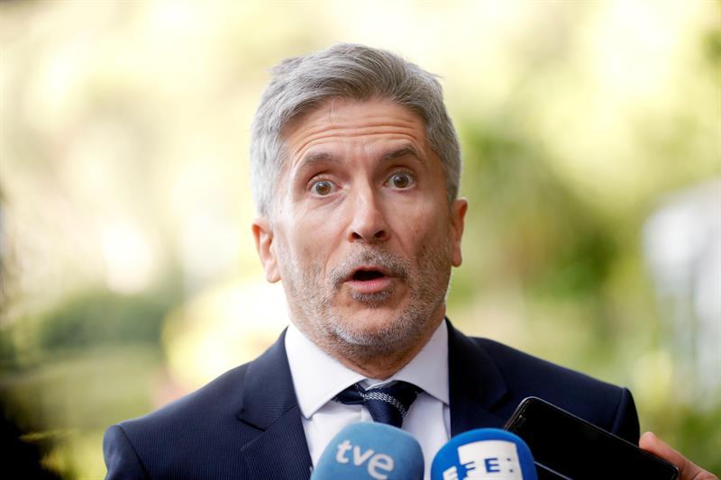 El ministro Fernando Grande-Marlaska, atendiendo a los periodistas este jueves en Rabat (Marruecos).