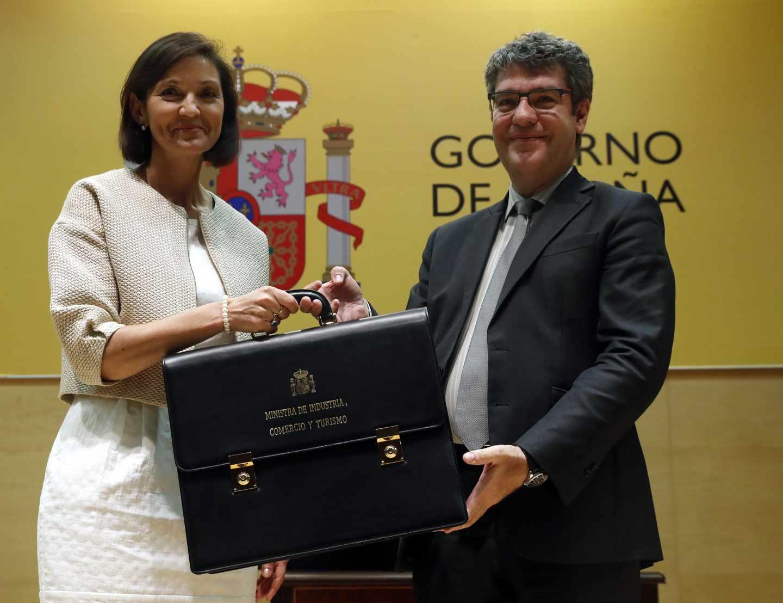 La nueva ministra de Industria, Comercio y Turismo, Reyes Maroto, recibe la cartera ministerial de Álvaro Nadal.