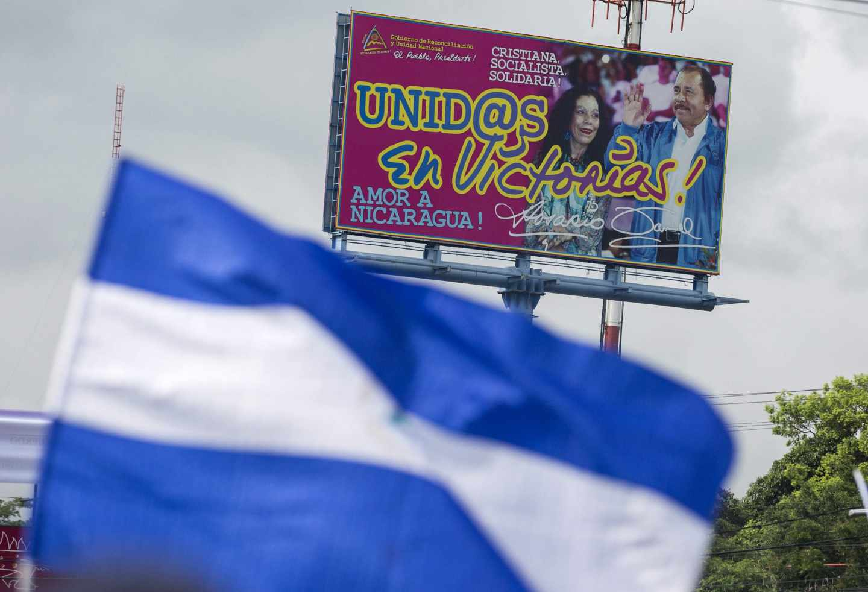 La bandera de Nicaragua y un cartel de la pareja presidencial, de hace cuatro años
