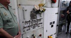 Lápida en el nicho donde está enterrado el guardia civil Pardines, asesinado por ETA hace 50 años.