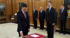 Pedro Sánchez toma posesión sin Biblia ni crucifijo y en presencia de Rajoy