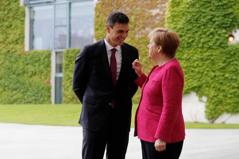 El presidente del Gobierno, Pedro Sánchez, conversa con la canciller alemana, Angela Merkel.