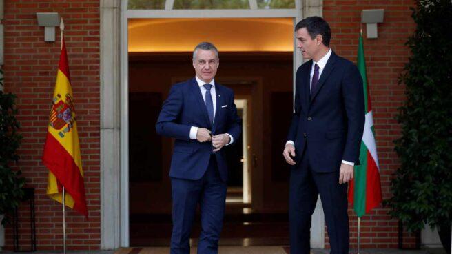 El presidente del Gobierno, Pedro Sánchez, recibe al lehendakari, Íñigo Urkullu.