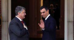 Pedro Sánchez recibe al presidente de Ucrania en su primer acto al frente del Gobierno