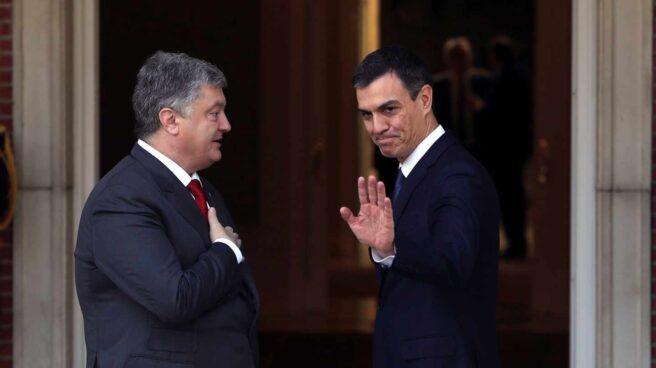 Pedro Sánchez recibe al mandatario ucraniano Petro Poroshenko en su primer acto como presidente del Gobierno.