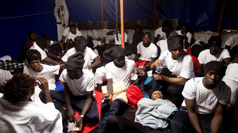 Rescate de inmigrantes en el barco Aquarius, la madrugada del 10 de junio.