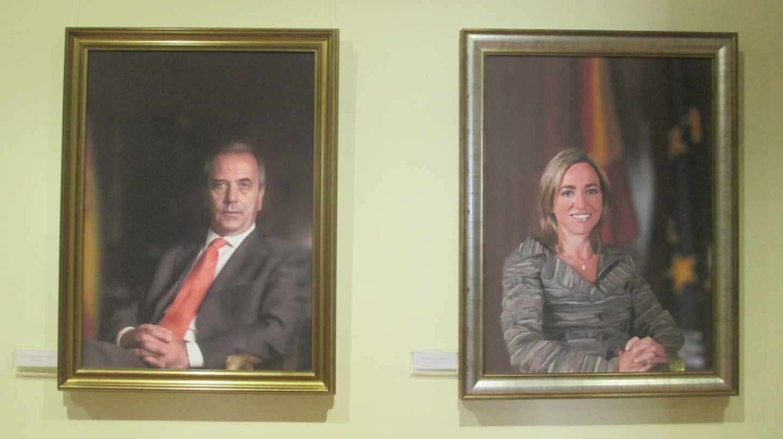 José Antonio Alonso y Carme Chacón, ya fallecidos, en la galería de retratos de ministros de Defensa.