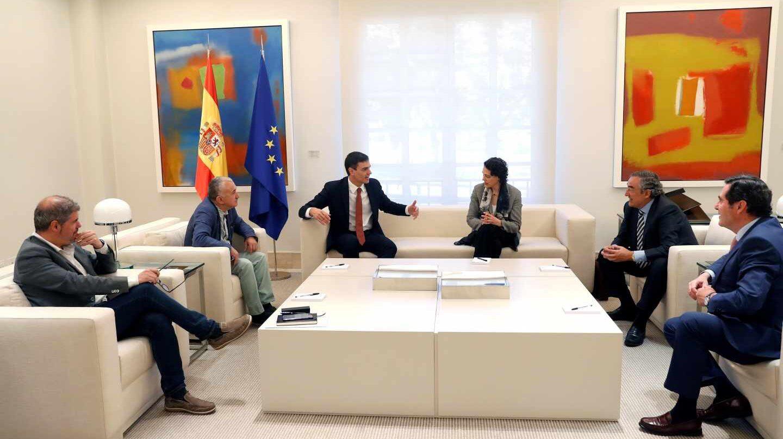 Pedro Sánchez, acompañado por la ministra de Trabajo, Magdalena Valerio, recibe a los sindicatos en Moncloa.