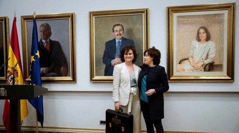 La vicepresidenta del Gobierno, ministra de la Presidencia, Relaciones con las Cortes e Igualdad, Carmen Calvo, junto a su antecesora Soraya Sáenz de Santamaría.
